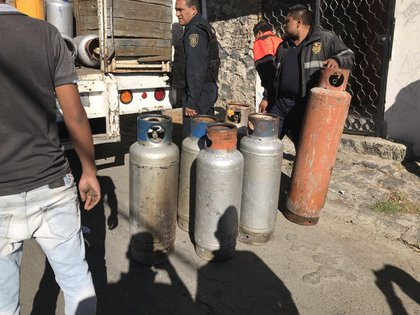 Agentes de la Secretaría de Seguridad Pública de Hidalgo señalaron que en la zona de la explosión se encontraron bidones con combustible (Foto: Twitter/@pame60092416)
