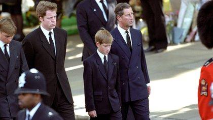 Los príncipes William y Harry asistieron al funeral de su madre, el 6 de septiembre de 1997 (Shutterstock)