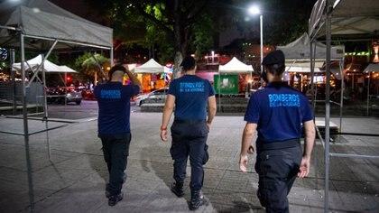 Bomberos de la Ciudad conjuntamente con personal de la Policía de la Ciudad realizan el control en la zona de Plaza Serrano del barrio de Palermo para evitar aglomeraciones de gente en los bares y cervecerías.