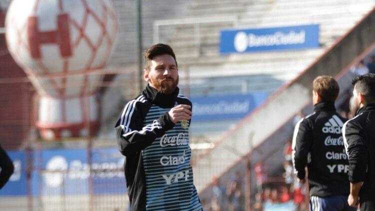 Lionel Messi en el entrenamiento abierto en la cancha de Huracán (Foto   Twitter) 69300a27e6f25