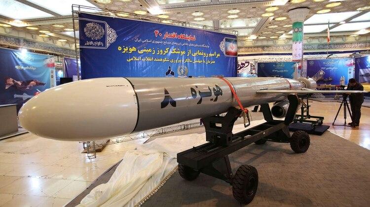 """El Ministerio de Defensa de la República Islámica de Irán presentó recientemente un nuevo misil de crucero de largo alcance llamado """"Hoveize"""", fabricado localmente y probado con """"éxito"""" (EFE)"""