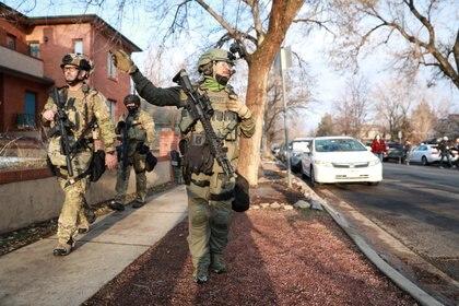 Los vecinos de Boulder se vieron conmovidos tras el tiroteo donde murieron 10 personas, entre ellas un oficial de policía (Reuters)