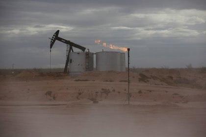 El polvo sopla alrededor de un gato de la bomba de petróleo crudo en la Cuenca Pérmica del Condado de Loving, Texas (REUTERS/Angus Mordant/Foto de archivo)