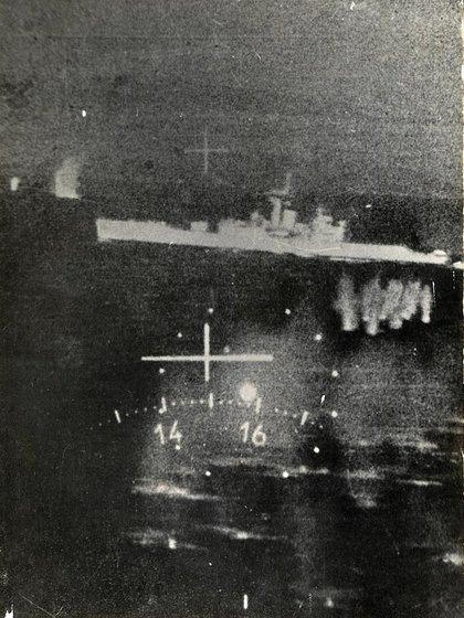 El 21 de mayo de 1982, una escuadrilla de aviones Mirage M5 Dagger de la Fuerza Aérea bombardeó y puso fuera de combate a la fragata HMS Ardent. Foto: Gentileza Mir Gonzalez.