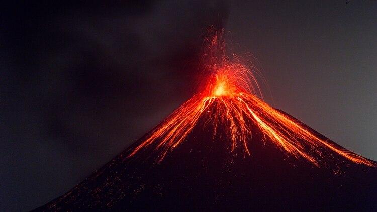 Volcan Anak Krakatoa, en erupción, Indonesia
