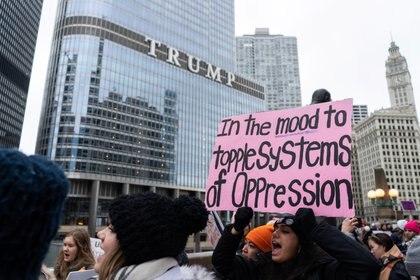 """""""Con ganas de derribar el sistema de opresiones"""", se lee en una pancarta en la manifestación de mujeres en la ciudad de Chicago (REUTERS/Max Herman)"""