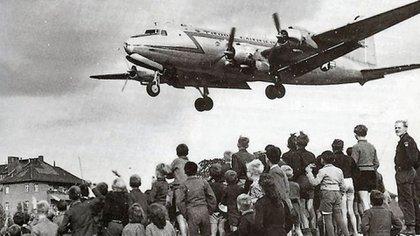 Un avión de carga Douglas C-54 Skymaster, arribando a Berlín (Wikipedia)