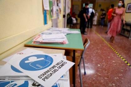 Carteles de distanciamiento social en la escuela secundaria Liceo Isacco Newton (REUTERS / Yara Nardi)