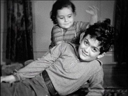 El pequeño Stanley Kubrick junto a su hermana Bárbara, seis años menor