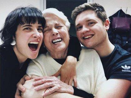 Flor Torrente y Toto Suar, sonrientes con su abuela