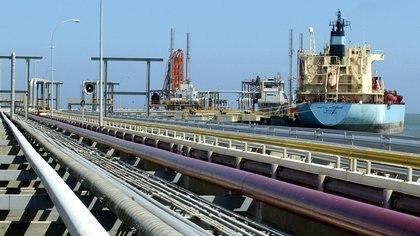 Un petrolero es visto en la terminal de carga de la refinería de José Antonio Anzoátegui en Venezuela en esta foto de archivo sin fecha. REUTERS/Jorge Silva