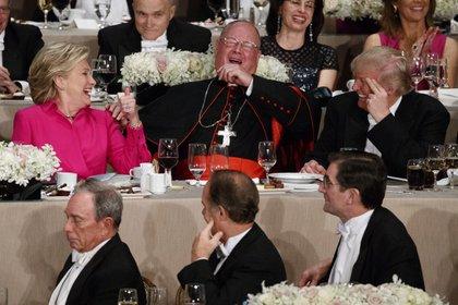 Los candidatos a presidente de EEUU sentados con el Arzobispo de Nueva york, Timothy Dolan(AP)