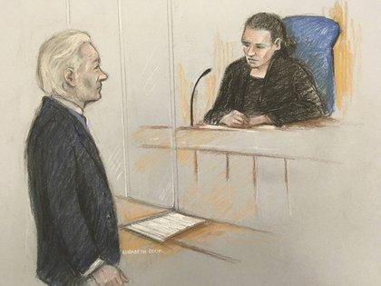 Julian Assange enfrentando a la Jueza Vanessa Baraitser en la Corte de Magistrados de Westminster en Londres, el lunes 21 de octubre de 2019. (Elizabeth Cook/PA via AP)