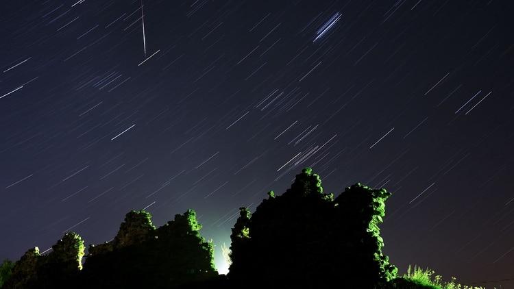 La lluvia de estrellas en una foto de larga exposición en Misnk, Bielorrusia (AFP)