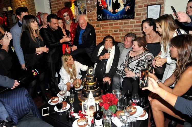 Cacho Castaña, en el festejo por la llegada de sus 77 años junto a sus amigos (Foto: Verónica Guerman / Teleshow)