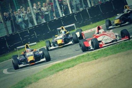 En acción en la Fórmula Renault Europea. Es segundo en la imagen detrás del japonés Kamui Kobayashi (@matumilla).