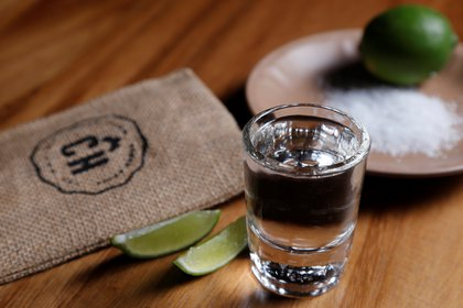 Vista de un tequila servido el 23 de julio de 2020 en la ciudad de Guadalajara en el estado de Jalisco (México). EFE/Francisco Guasco