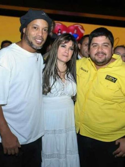 Ronaldinho junto con Dalia López, quien sigue prófuga