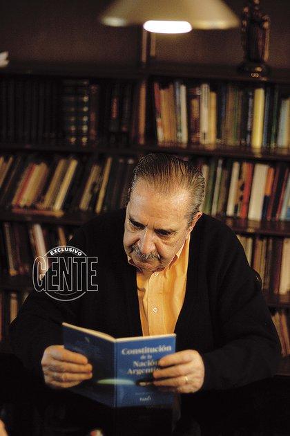 Raúl Alfonsín, con la Constitución Nacional. Un vínculo indisoluble.
