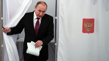 Así votó Putin en las elecciones de este domingo (Reuters)