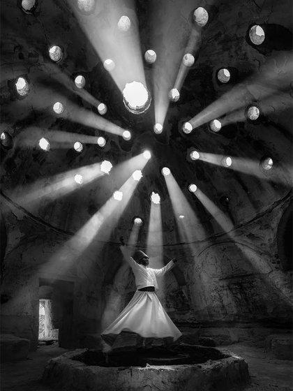 Gente – Primer lugar. La luz se filtra en un edificio en Konya, Turquía, mientras baila un derviche en una ceremonia mística. Por Dilek Uyar