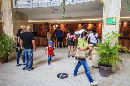 Acapulco amaneció en su primer día de reapertura con un 1.5% de ocupación hotelera y se espera que el 6 de julio se reactiven las actividades de venta informal en playas bajo la regulación y control de autoridades. (Foto: EFE/David Guzman)