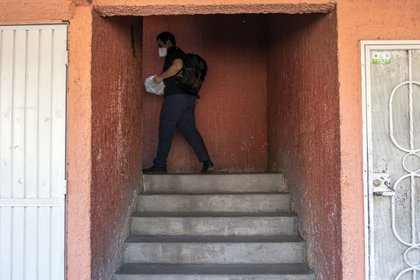 Alex González llega a su departamento en Tijuana.