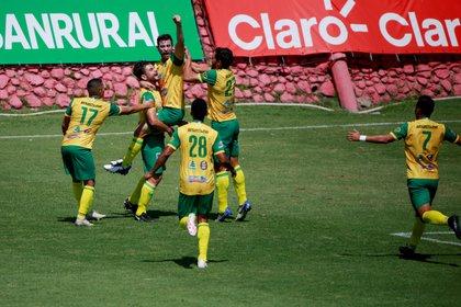 Fotografía de archivo de los jugadores del Deportivo Guastatoya cuando celebran un gol. EFE/ Esteban Biba/Archivo