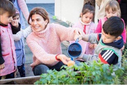 Junto a los niños del jardín Primera Infancia Nº3 de Munro, Awada optó por el sweater polera en rosa de cuello alto (@juliana.awada)