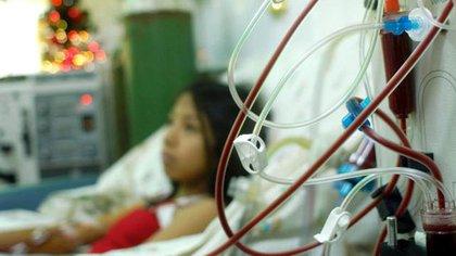 Los pacientes que tienen COVID-19 en forma grave, requieren asistencia mecánica respiratoria. Y entre un 20% a 40% de ellos necesitarán diálisis por desarrollar una insuficiencia renal aguda (162)