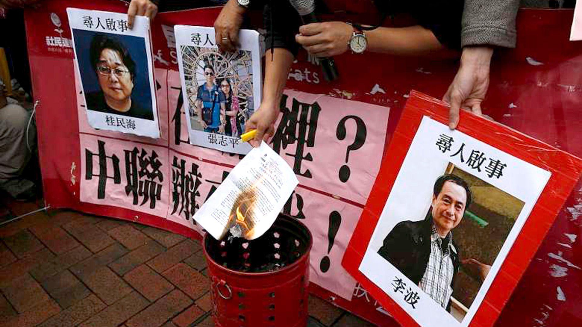 En Hong Kong se realizaron muchas protestas por la detención de los editores de Mighty Current Media, incluidos Gui Minhai, Zhang Zhiping y Lee Bo. (REUTERS)
