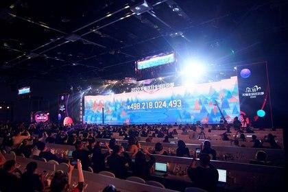 Una pantalla muestra el valor de los bienes que se negocian durante el festival de compras global del Día de los Solteros de Alibaba Group en un centro de medios en Hangzhou, provincia de Zhejiang, China. 11 de noviembre de 2020. REUTERS/Aly Song