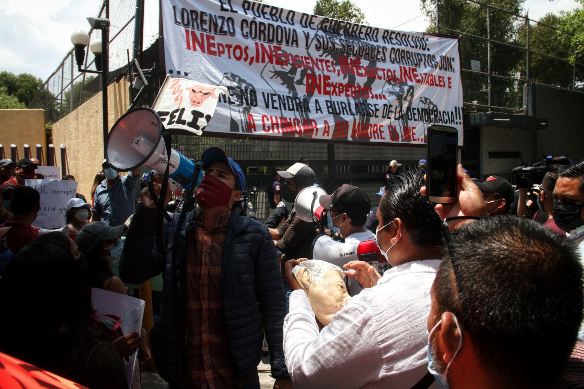 Protestantes exigen la renuncia de Lorenzo Córdoba a su cargo como consejero presidente del INE así como el regreso de la candidatura a Salgado.