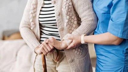 Muchos adultos mayores viven solos y solo tienen contacto con el personal sanitario (shutterstock)