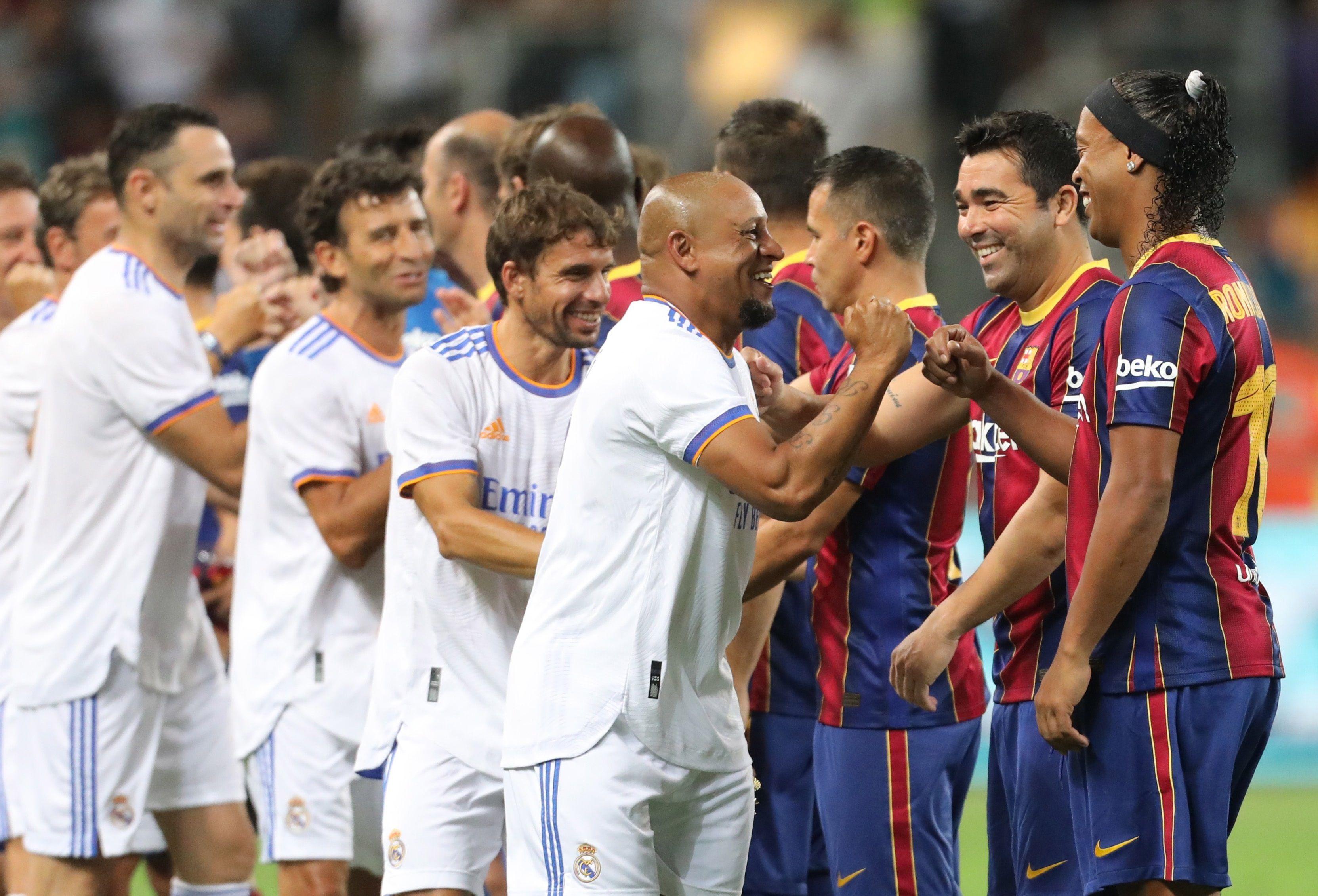 Los brasileños Roberto Carlos y Ronaldinho, estrellas máximas del evento (EFE/ Abir Sultan)