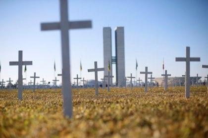 Miles de cruces fueron colocadas frente al Congreso de Brasil para recordar a las víctimas de coronavirus (REUTERS/Adriano Machado)