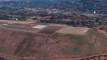 La pista de aterrizaje del aeropuerto de Kozhikode, donde un avión de Air India Express se estrelló el viernes. Hay al menos 14 muertos y 15 heridos graves