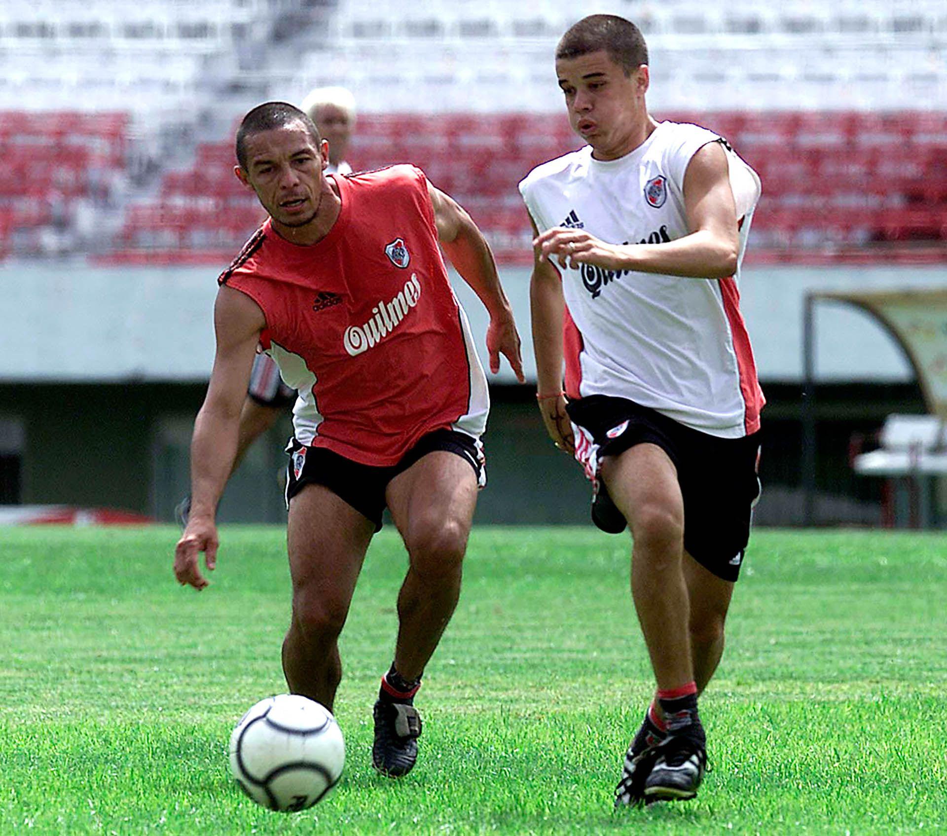 Ricardo Rojas marca a Andrés D'Alessandro en un entrenamiento del 2002 (Foto Baires)