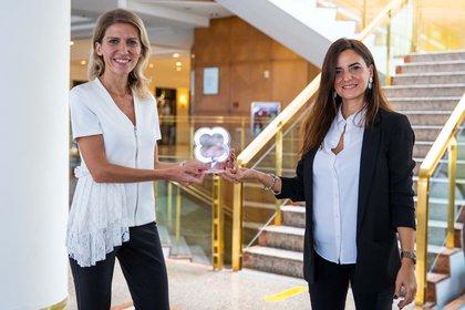 Valeria Bazzi recibió el galardón por parte de Lucila Maldonado (Crédito: prensa DIRCOMS)