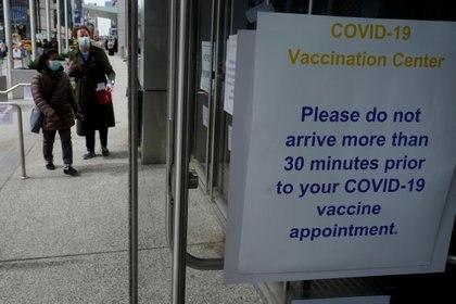 Personas llegan un centro de vacunación del Javits Center en el distrito de Manhattan de la ciudad de Nueva York, Nueva York, EE. UU., 13 de abril de 2021. REUTERS / Carlo Allegri