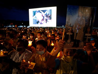 Velas en honor al rey ausente (EFE/EPA/NARONG SANGNAK)