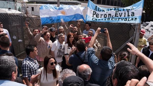 Cristina Kirchner posa junto a militantes afuera de Comodoro Py (Adrian Escandar)