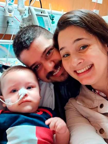 Los padres y el bebé Dom, recuperado del coronavirus