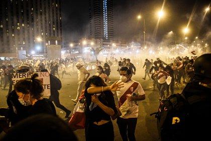 Los efectivos lanzaron gases lacrimógenos (AFP)