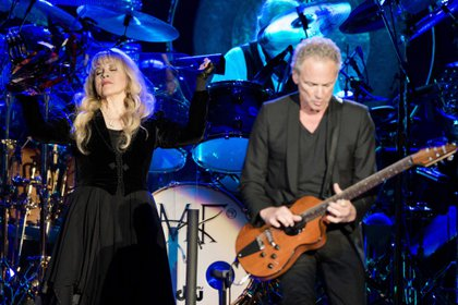 La vocalista de la banda Fleetwood Mac, Stevie Nicks, y el guitarrista, Lindsey Buckingham durante un concierto EFE/Ferdy Damman/Archivo