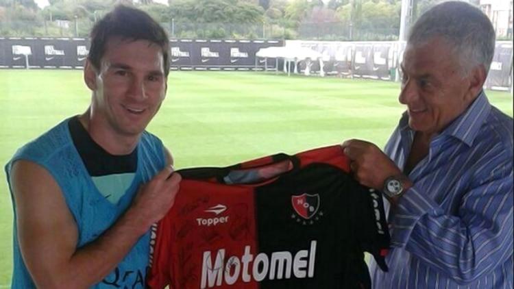 8c662322466d5 Messi posando con la camiseta de Newell s hace unos años ( canoboficial)