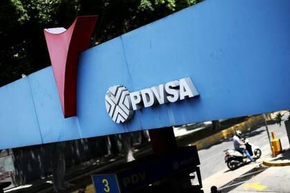 Imagen de archivo del logo de la estatal venezolana PDVSA en una estación de combustible en Caracas, Venezuela, Mayo 17, 2019. REUTERS/Ivan Alvarado