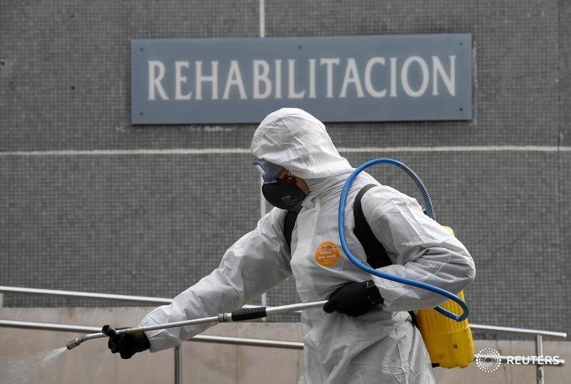 Un miembro de la Unidad Militar de Emergencias (UME) desinfecta el Hospital de Cabueñes en Gijón, España. 18 marzo 2020. REUTERS/Eloy Alonso