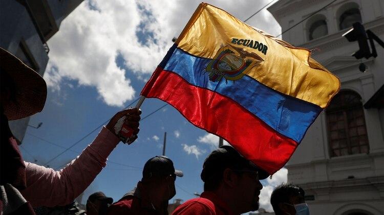 Una persona flamea la bandera de Ecuador en las protestas (REUTERS/Carlos Garcia Rawlins)