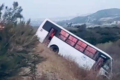 Un transporte de personal de la empresa Gaviotas se salió de camino, invadió el carril de circulación, y se impactó con otro autobús (Foto: Twitter@andradedaniel18)